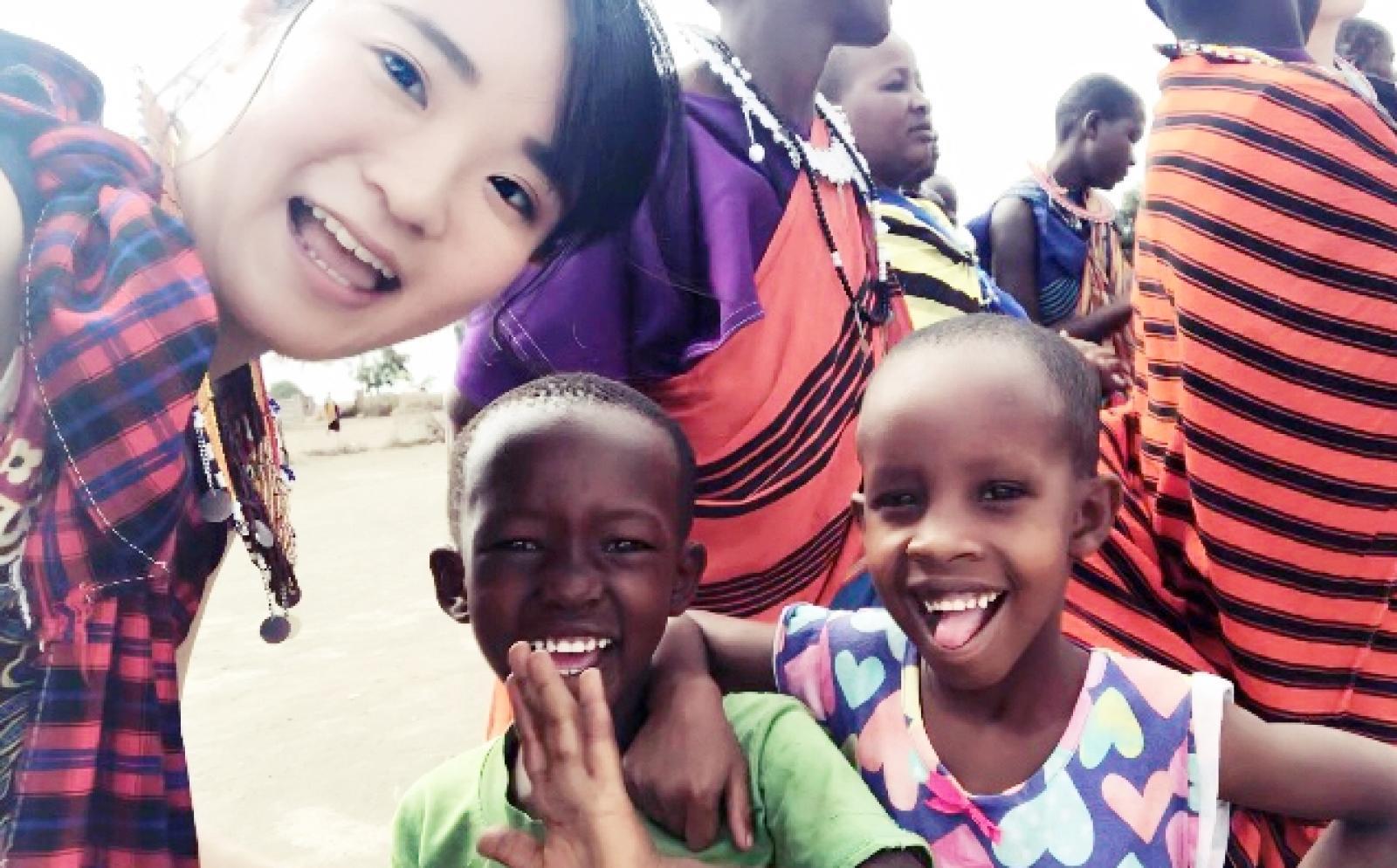 タンザニアでマサイ族と交流する作業療法インターン中川智美さん